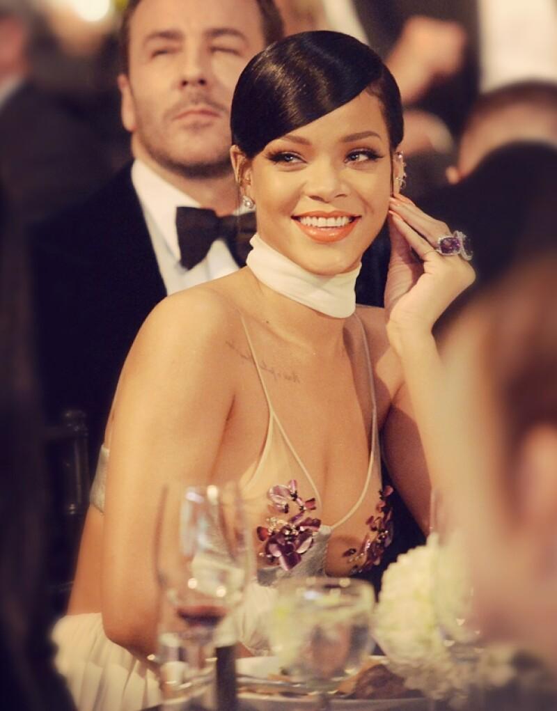 Rihanna pagó 35 mil dólares por un par de aretes de diamantes y un retrato de Elizabeth Taylor.