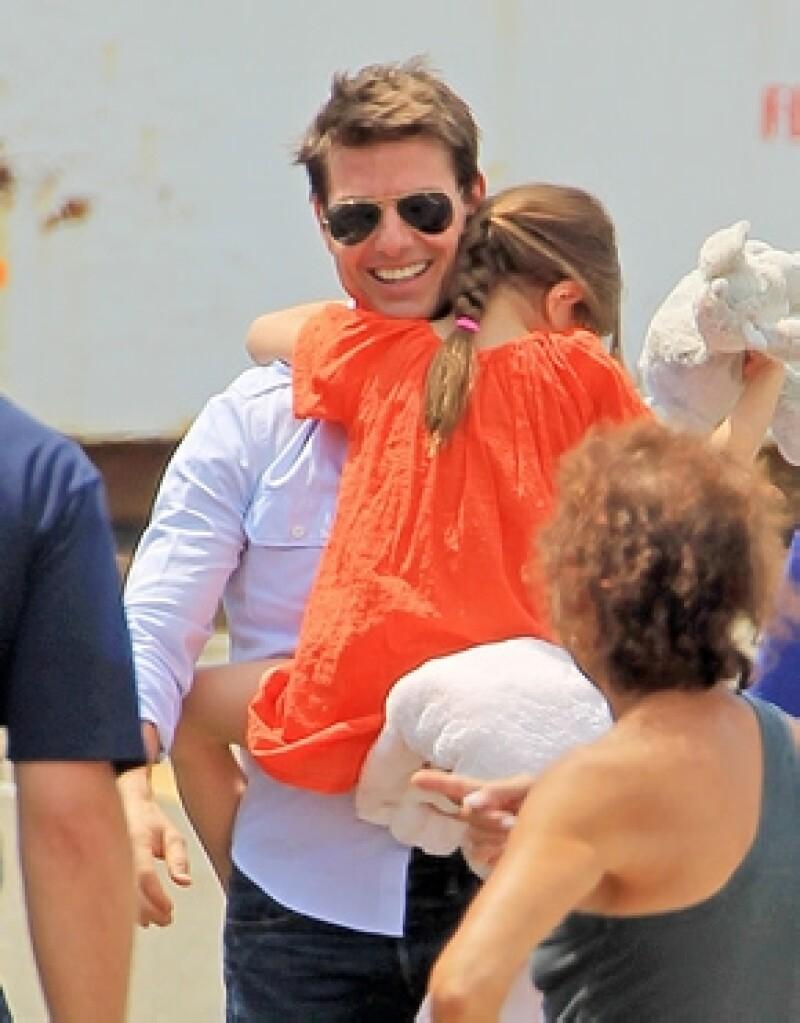 Después de tres meses sin verse, la hija de Tom Cruise viajó a Inglaterra para festejar con el actor.