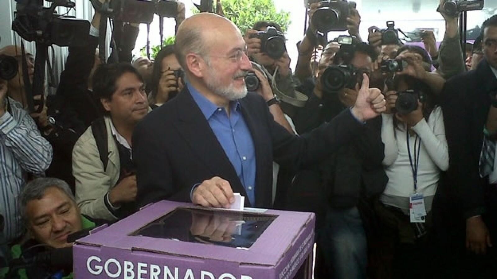 Luis Felipe Bravo Mena acude a votar