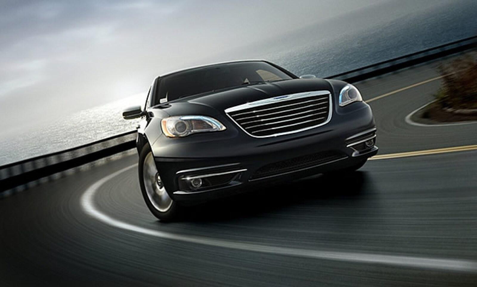 La firma automotriz presentó su nuevo modelo sedán, Chrysler 200, el sucesor del Cirrus.