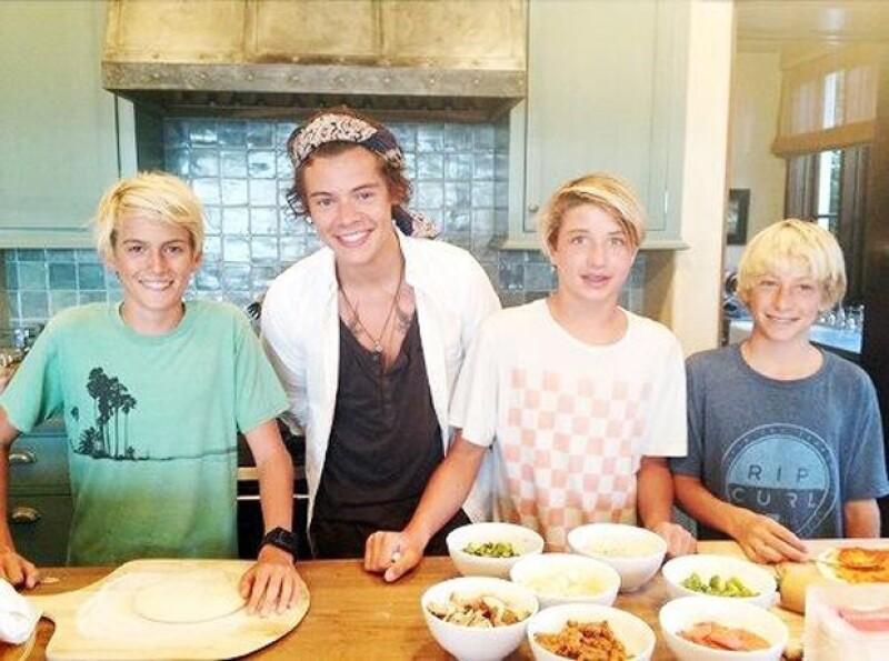 El cantante de One Direction fue a la casa de la modelo en Malibú donde preparó una pizza junto a sus amigos.