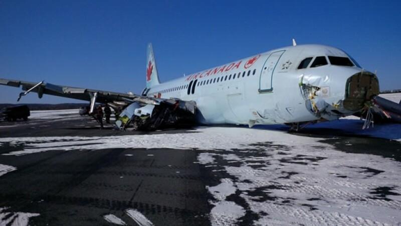 Fotografías divulgadas por la Junta de Seguridad de Transporte de Canadá muestran la nariz del avión rota y un ala muy dañada