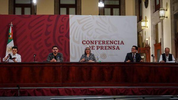 Graciela Márquez Colín, Secretaria de Economía, junto con Zoe Robledo, Director del IMSS, durante la conferencia de prensa, en Palacio Nacional.