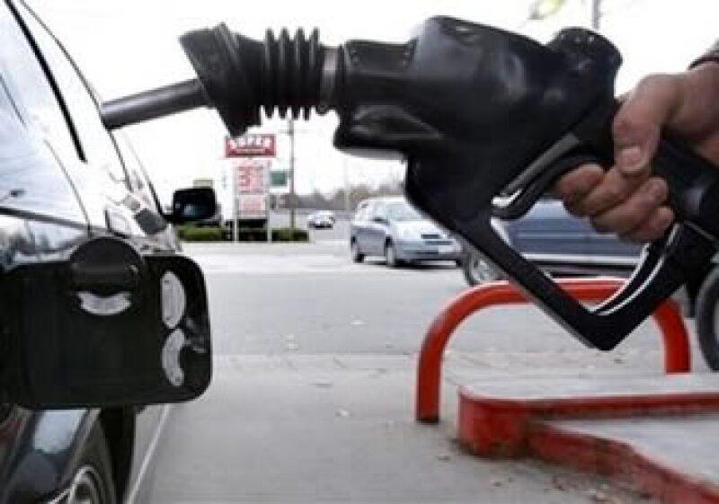 Los estadounidenses han moderado su consumo de combustibles debido al alza en los precios. (Foto: AP)