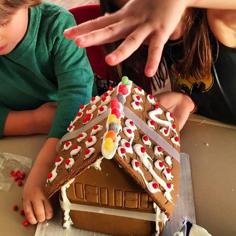 La cantante preparó varias cosas alusivas a la Navidad en compañía de sus hijos, Matthew Alejandro y Sabrina Sakaë.