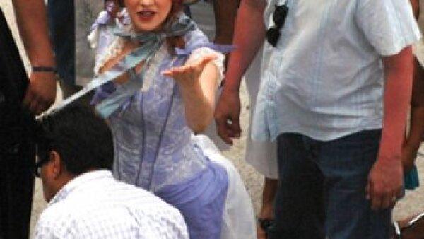 La actriz ha estado muy sonriente y saludando a todos los que están cerca de ella.