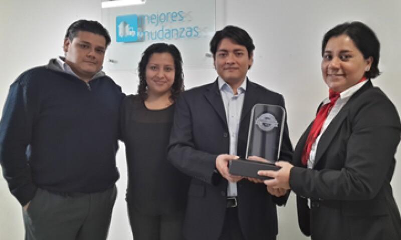 El director general de Mejores Mudanzas, Samuel Garrido, recibe el galardón. (Foto: Arturo Ochoa )
