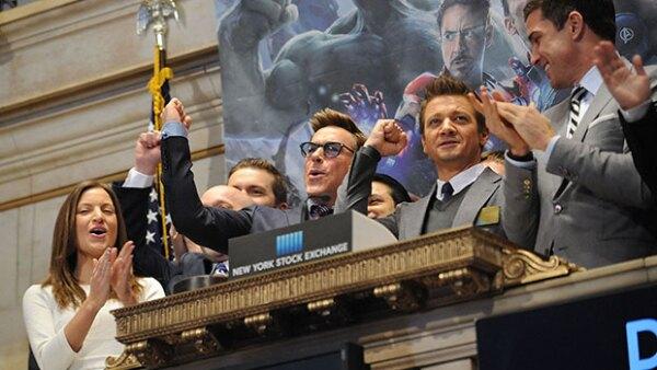 Como parte de la promoción para la nueva película de superhéroes, Robert Downey Jr. y Jeremy Renner dieron el campanazo inicial en la Bolsa de Valores de Nueva York.