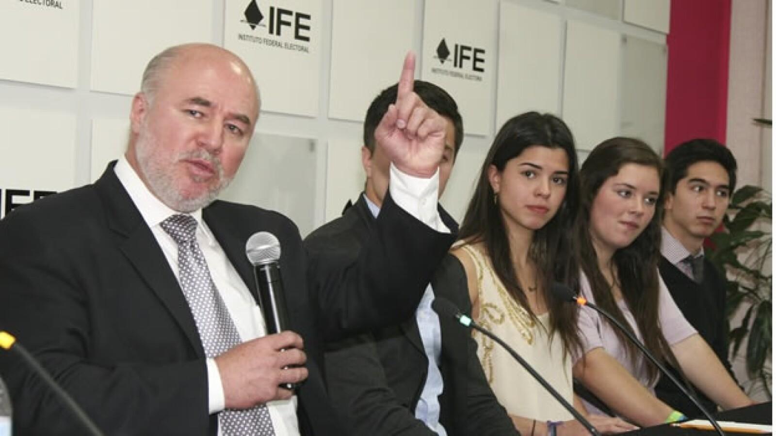 Manuel Clouthier presenta su candidatura ante la oficialia de partes del IFE