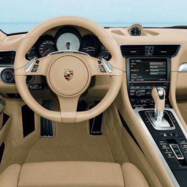 En el interior observamos una gran influencia del modelo Panamera, con la consola central alargada y más botones en ella como en la parte central del tablero.