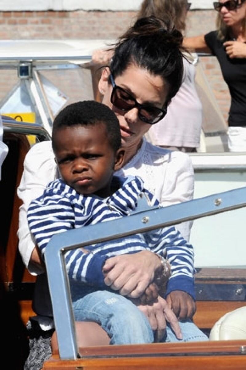 De acuerdo con el New York Post, el hijo de Sandra, Louis, se enfermó horas antes de los galardones.