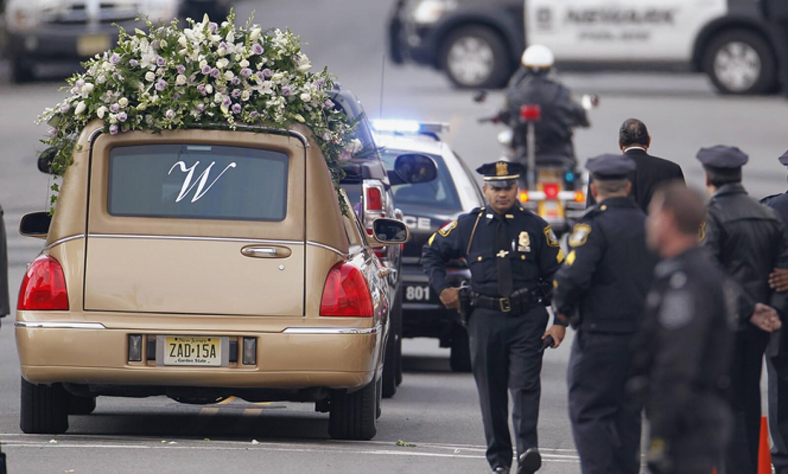 La familia de artista decidió no hacer un funeral público, pero accedieron a permitir que el servicio fuera transmitido en vivo por las cadenas de televisión e Internet.