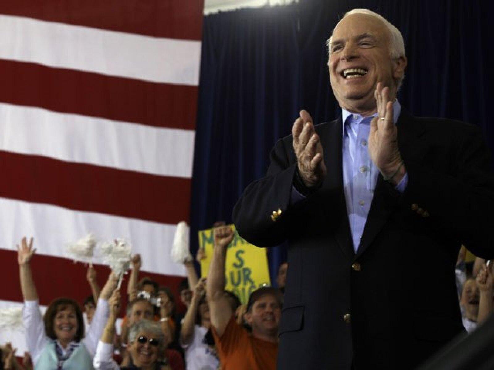 John McCain agendó un día más intenso. Primero amaneció en Florida para después trasladarse a Pensilvania, Indiana, Tennessee, Nuevo México y Nevada, para acabar en Arizona. En la imagen, el candidato republicano en Moon Township, Pennsylvania.