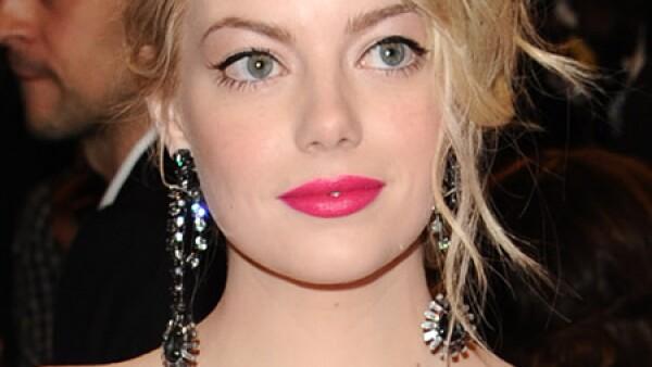 Emma Stone es una de las famosas que más luce este look por la combinación que hace con sus ojos color verde profundo.