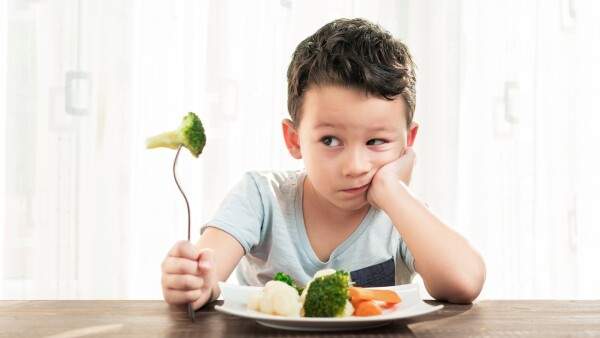 niño y comida saludable