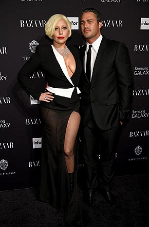 La cantante y su novio Taylor Kinney protagonizaron una bonita ceremonia de compromiso junto a sus seres más queridos para demostrar la firmeza de su amor.