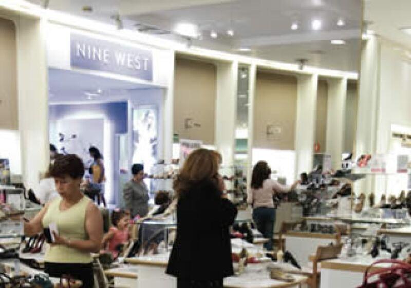 Desde que estalló la crisis, las tiendas departamentales tienen muchos clientes que sólo ven sin comprar. (Foto: Grace Navarro)