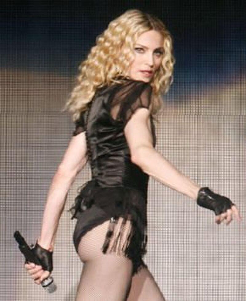La cantante llegó a Montenegro para su concierto, pero las autoridades del país encontraron sospechoso que necesitara tantas y tan costosas.