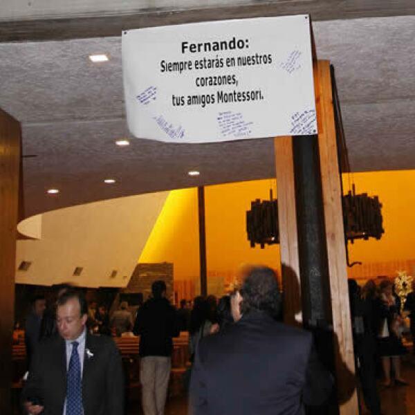 Los amigos de Fernando estuvieron presentes y le demostraron su cariño con un cartel a las puertas de la iglesia.