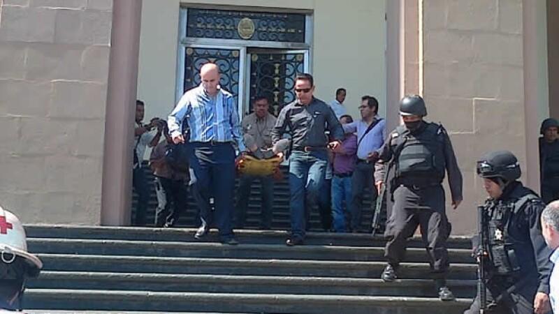 Autoridades trasladan a un funcionario tamaulipeco a un hospital de Ciudad Victoria, donde falleció minutos después tras dispararse