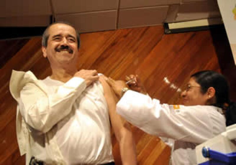 El secretario de Salud, José Ángel Córdova, fue vacunado contra la influenza. (Foto: Notimex)