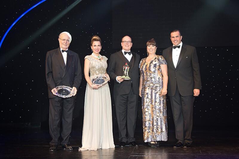 Sonia recibió el premio a la solidaridad en Le bal de la Riviera acompañada de Bernard Fautrier, el Principe Alberto de Monaco, Joana Vasconcelos y el Principe Charles.