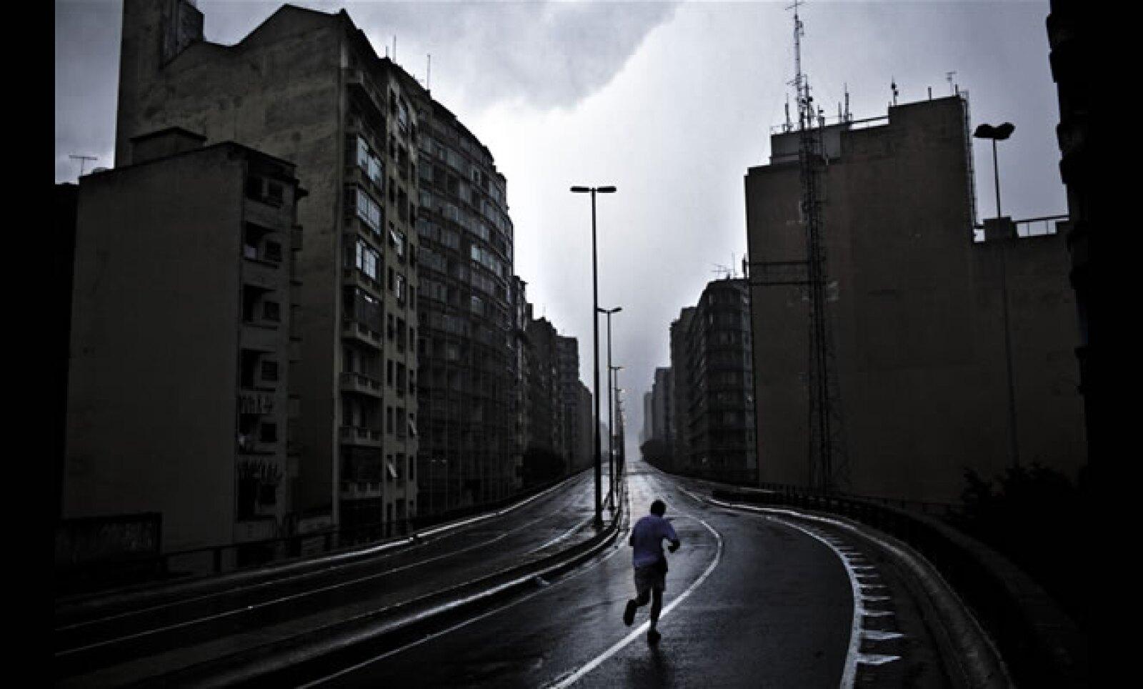 9.Un corredor recorre la infame avenida Miocao, que atraviesa varias zonas residenciales en el centro devaluadas por la construcción de la carretera, esto dio lugar a una diversidad de hábitats para los indigentes e hizo poco para resolver el problema de