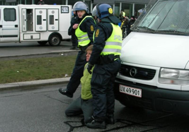 La policía disolvió la manifestación cuyos integrantes habían pernoctado afuera de la sede resistiendo el frío invernal danés. (Foto: Iván Carillo)