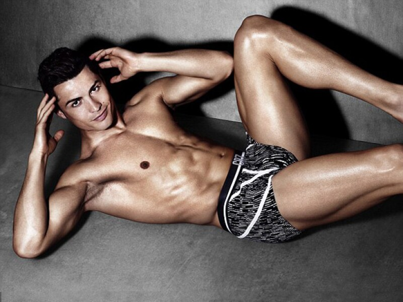 Piernas y abdomen de envidia... cada parte del cuerpo de Cristiano es perfecta.