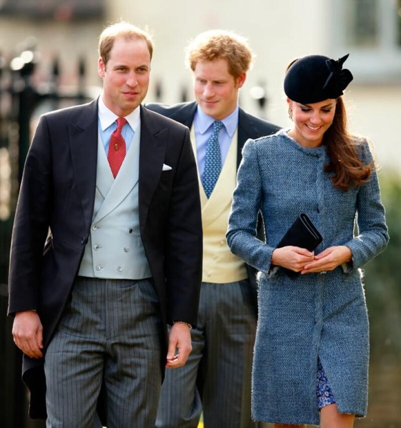 La Duquesa junto a su esposo Guillermo y cuñado Enrique, acudieron este sábado a la boda de un amigo donde lució un abrigo Missoni, el cual llevaba otra invitada, ¿a quién se le ve mejor?