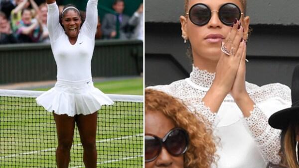 Durante el partido de Serena Williams, la cantante tardó en reaccionar al momento en el que todos se levantaron y, justo este instate, fue grabado.