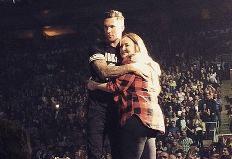 """Hace unos días fue él quien golpeó a una seguidora con su micrófono. Sin embargo, en esta ocasión el vocalista de Maroon 5 se convirtió en la """"víctima"""" al ser interceptado por una fanática."""