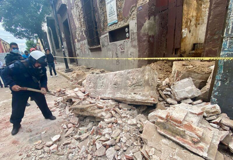Varias bardas se derrumabron por el temblor que se sintió esta mañana y que tuvo como epicentro las costas de Oaxaca.