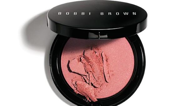Para que nunca te falte color, carga con el Illuminating Bronzing Powder de Bobbi Brown. Le dará a tu rostro un toque como besado por el sol, súper luminoso y suave. Boutiques Bobbi Brown.