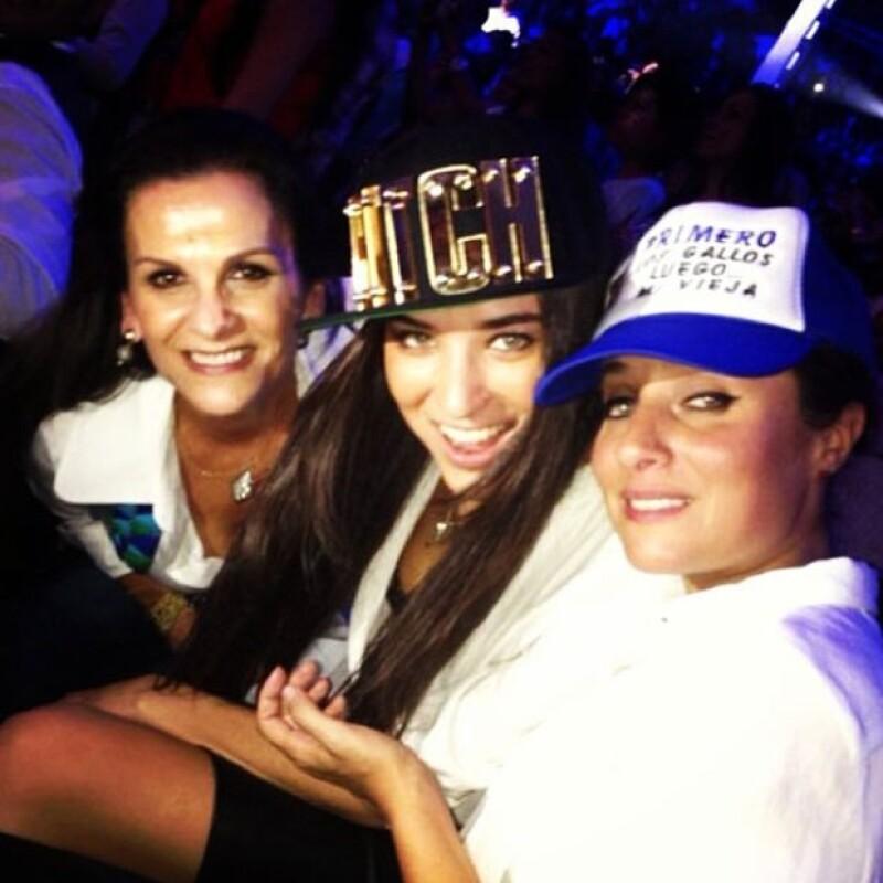 Karla disfrutó el concierto con sus amigas.