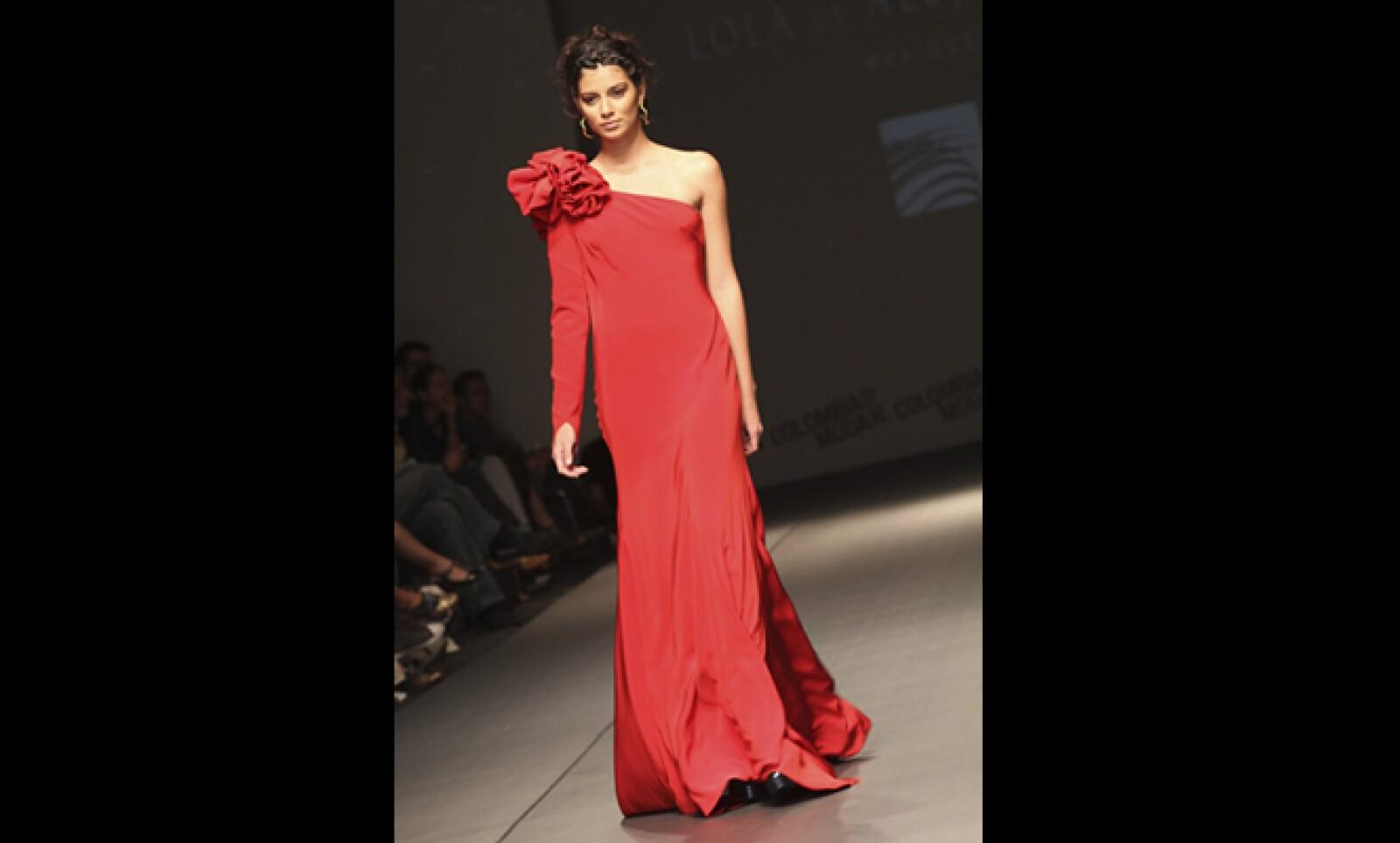 El diseñador mexicano Carlín presento una colección con vestidos largos y colores brillantes.