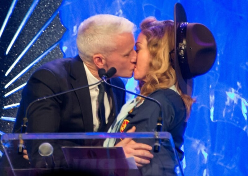 Cuando Anderson Cooper se acercó para recibir su premio dio un intenso beso y abrazo a la cantante.