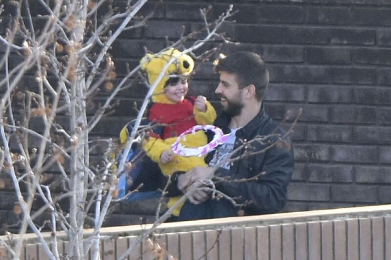 El hijo de Shakira eligió ser el simpático osito de peluche para la semana de carnaval en Barcelona; fue su papá quien lo recogió en el colegio después de su festival.