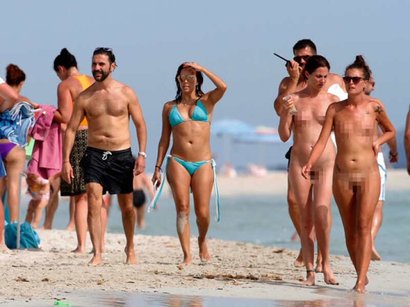 Los Bastón fueron captados disfrutando de la playa de Formentera, España, donde al lado unas mujeres paseaban sin ropa alguna.
