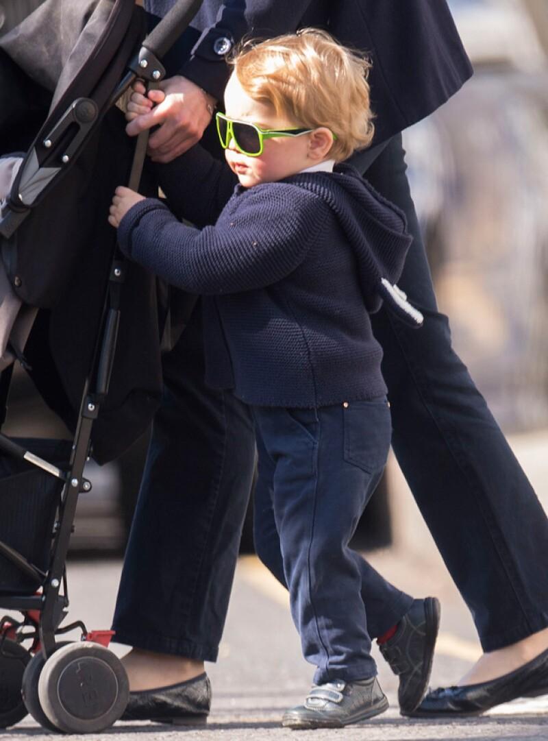 El primogénito de Kate y Guilermo fue fotografiado vistiendo de manera adorable mientras se dirigía con su nana a un área de juegos infantiles en Londres.