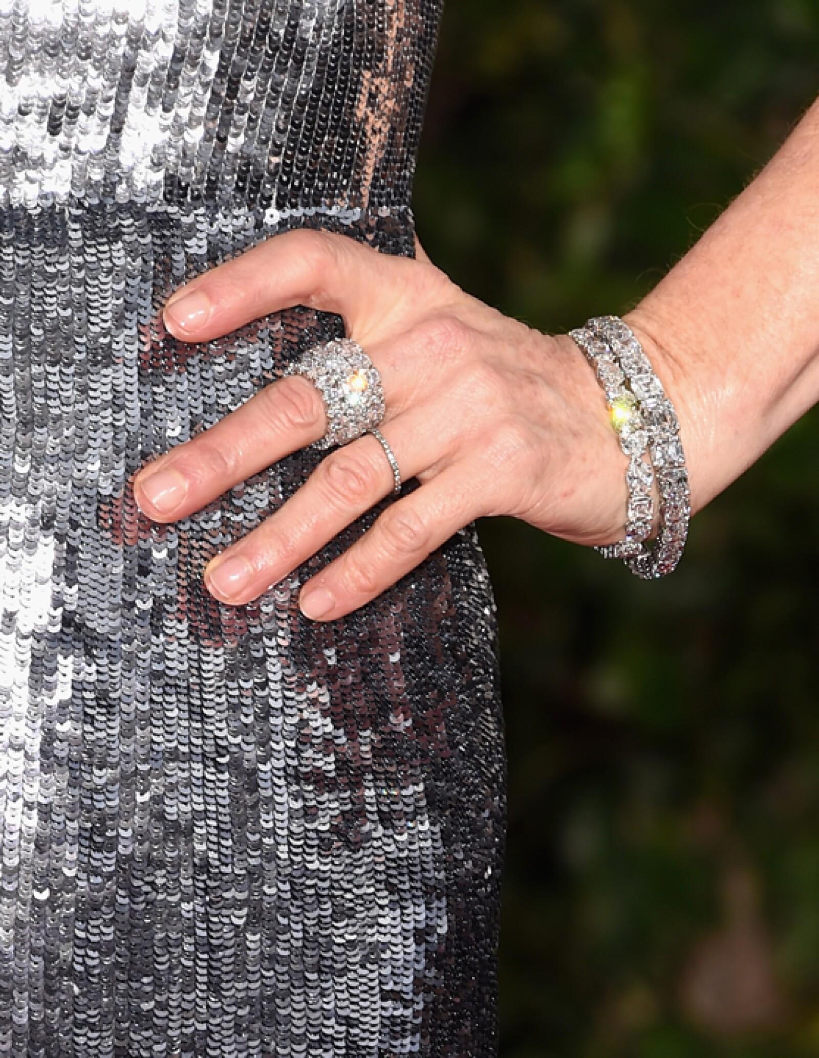 La actriz también optó por un anillo ovalado de diamante de 18 kilates de oro blanco y un anillo con corte tipo asscher de platino, de la colección High Jewelry de Chopard.
