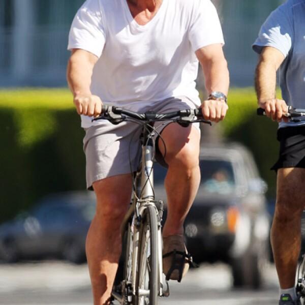 Arnold Schwarzenegger fue captado mientras daba un paseo en su bicicleta acompañado de sus guardaespaldas en Santa Monica, California.