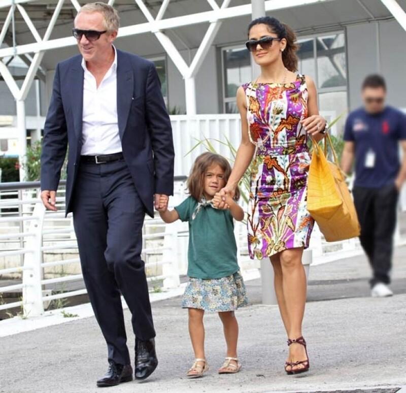 Salma Hayek pasea por Venecia con su espos, François-Henri Pinault, y su hija, Velentina Paloma.