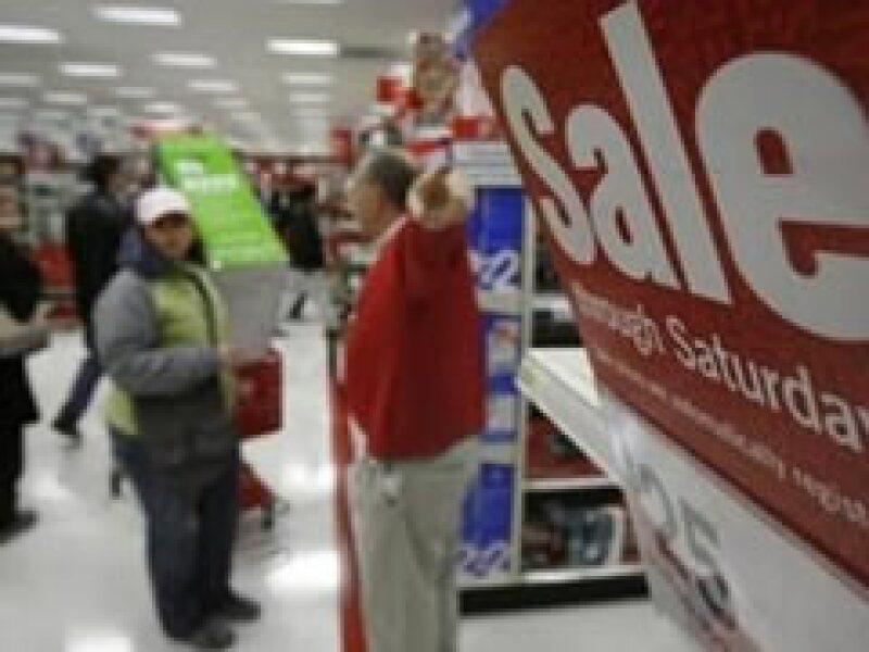 Los consumidores de EU temen un mayor deterioro en la economía. (Archivo)