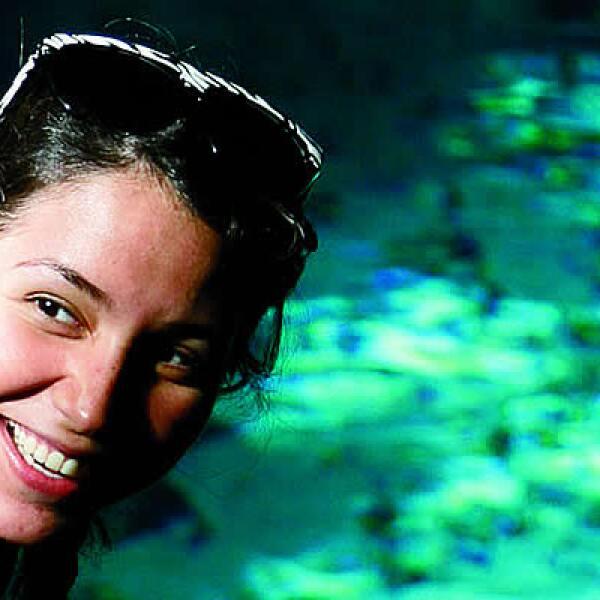 El agua de los cenotes permite ver las rocas y vida acuática a pesar de la poca luz de las cuevas, explica la periodista Sofía Márquez.