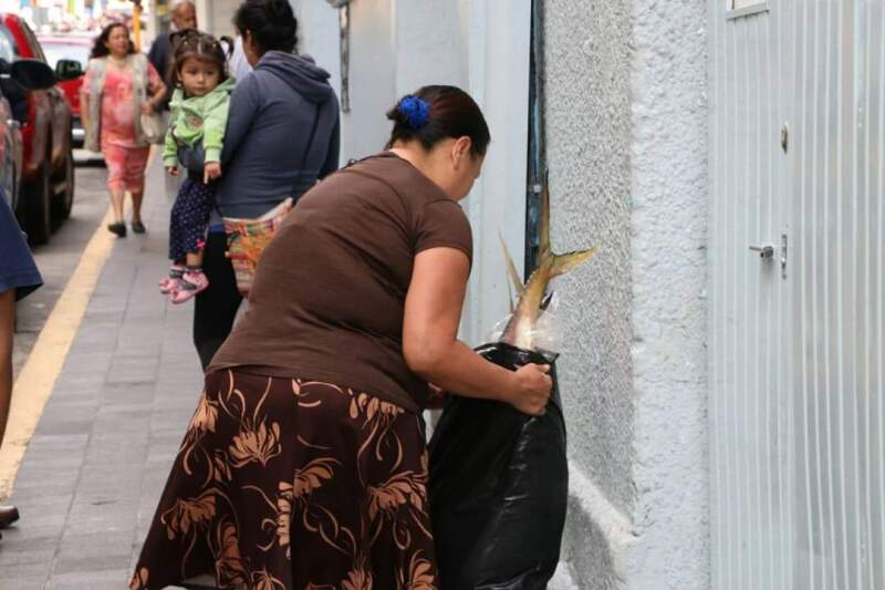 El candidato independiente aseguró que la SSP de Veracruz entregó pescados en bolsas de plástico a habitantes de Xalapa. (Foto: Julio Argumedo/Cortesía )