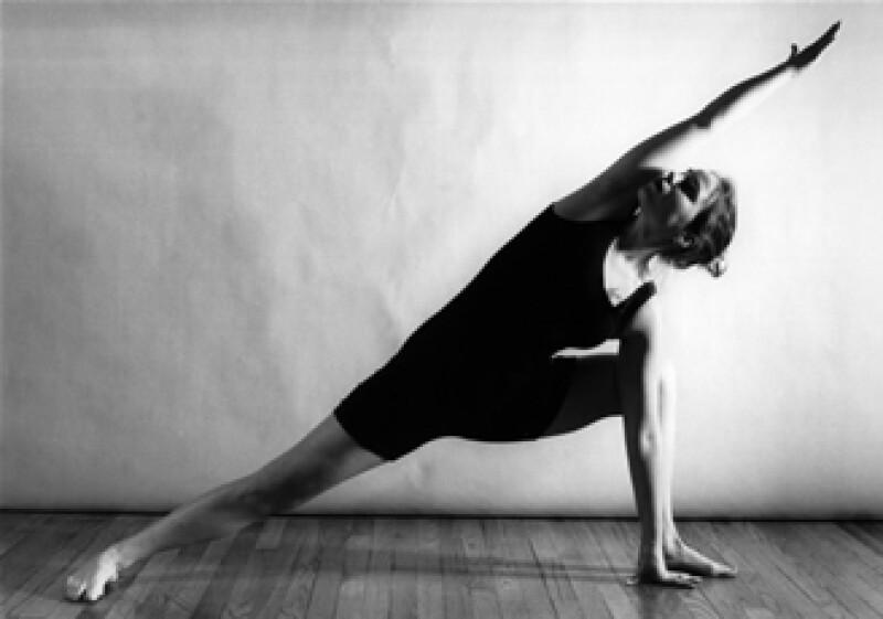 Una sesión de yoga con un entrenador personal te puede costar desde 350 a 500 pesos.  (Foto: Cortesía SXC)