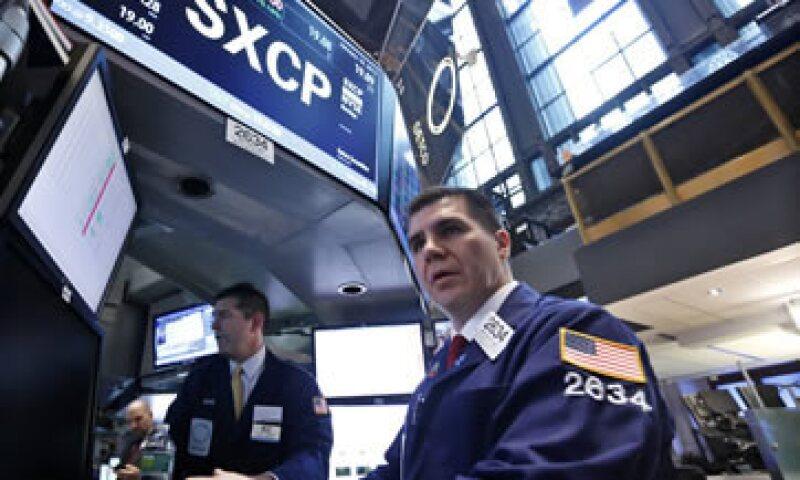El Dow Jones cedía 0.50% en las primeras operaciones del día y se ubicaba por debajo de las 17,000 unidades. (Foto: Reuters)