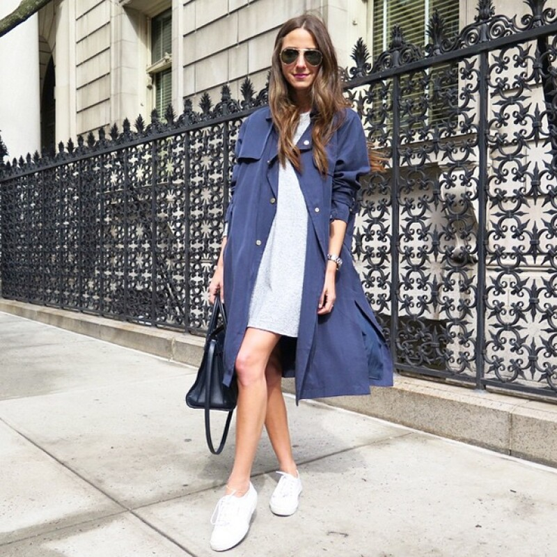 Arielle Charnas de Something Navy con un trench coat azul