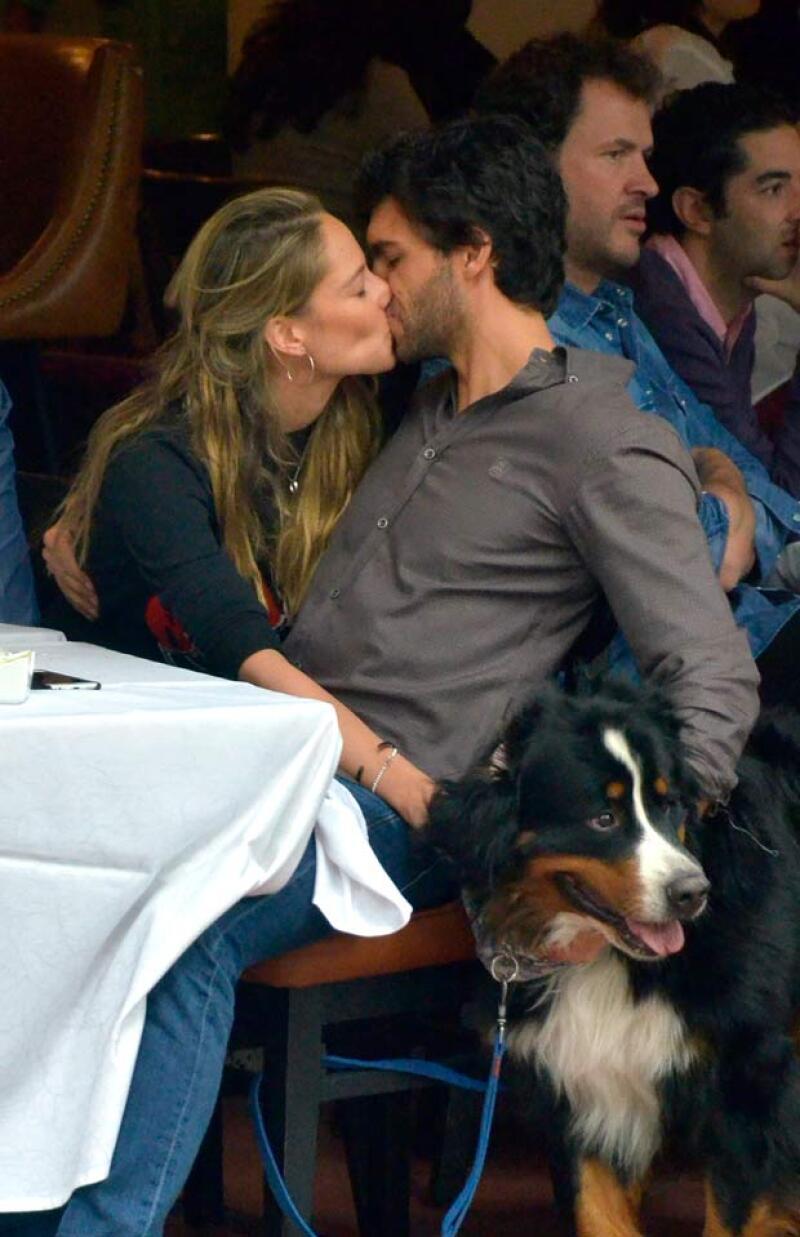 La conductora de deportes fue captada en la Condesa disfrutando de una comida al lado de Javier Martínez, con quien mantiene una relación desde el año pasado.
